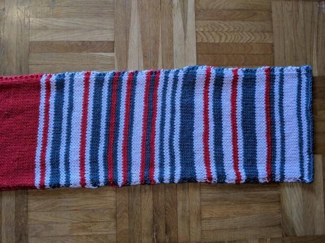 Eine Pendlerin strickt Verspätungsdiagramm der Deutschen Bahn als Schal