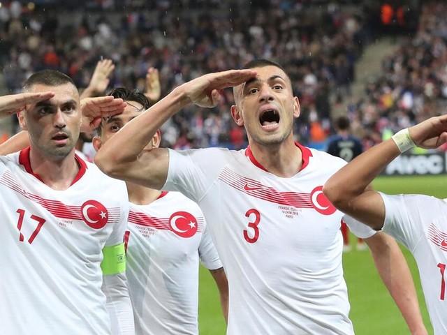 Türkei-Spieler erneut mit Salut