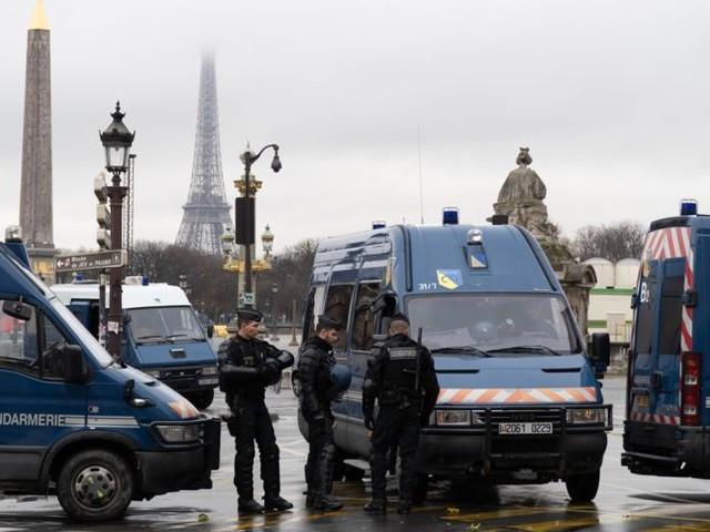 Unruhen in Paris: Eiffelturm und Louvre bleiben zu