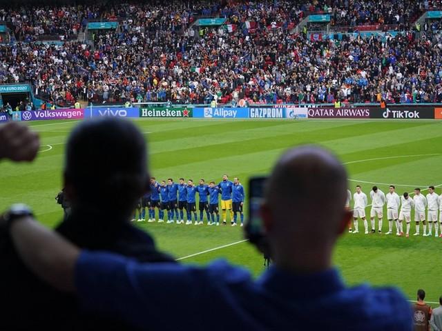 """EM-News: Umstrittene Geste der englischen Fans im EM-Halbfinale +++ Italiens Trainer will an """"Schwalbenkönig"""" Immobile festhalten"""