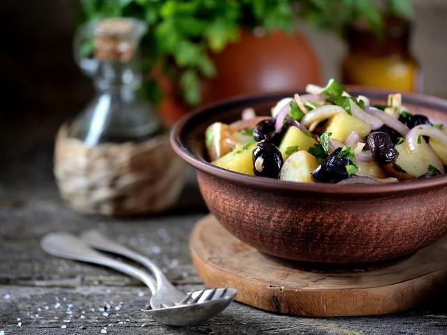 Kulinarische Reise zum Mittelmeer: Mediterraner Genuss: Rezept für einen griechischen Kartoffelsalat