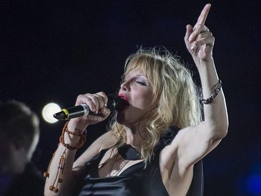 """Courtney Love spielt mit 1.500 Musikern """"Celebrity Skin"""""""