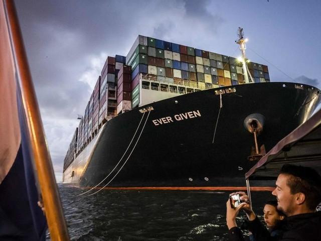"""Video: """"Ever Given"""" erreicht nach Suez-Blockade endlich Rotterdam"""