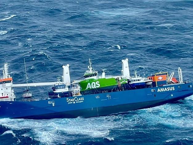 Bei bis zu 15 Meter hohen Wellen: Frachter treibt verlassen und antriebslos im Meer