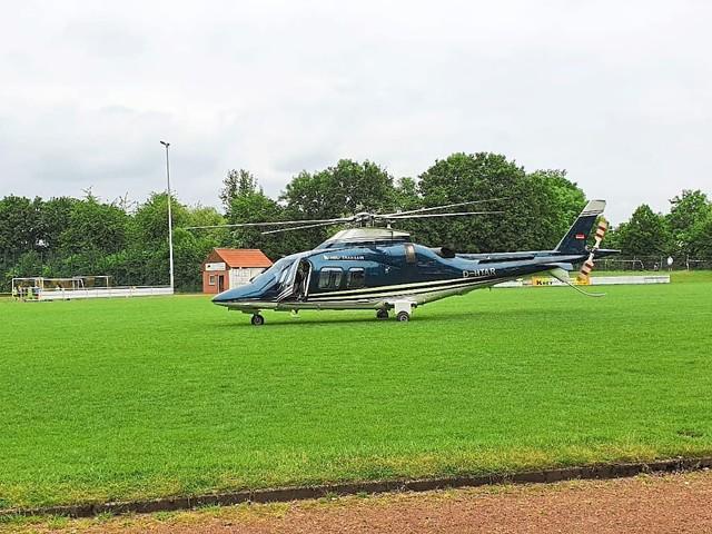 Yacht-Besitzer landet per Helikopter auf Sportplatz