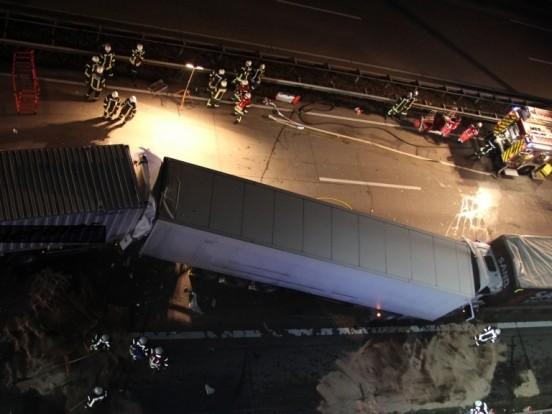 4 Lastwagen krachen ineinander - Lkw-Fahrer stirbt