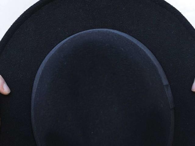Nach falscher Wahlprognose: Britischer Reporter isst Teile eines Huts