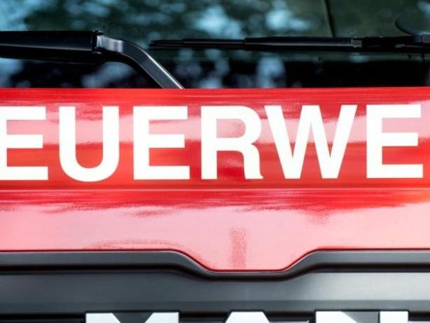 Brände: Großeinsatz der Feuerwehr bei Brand einer Lagerhalle in Kiel