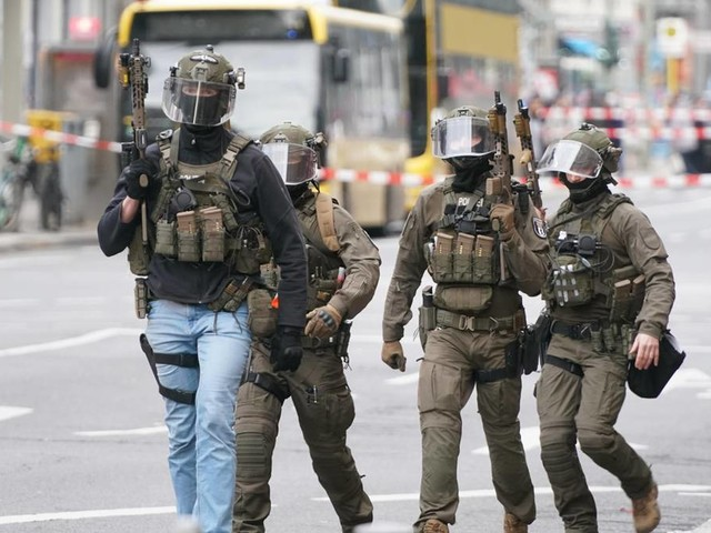 Mutmaßungen über Schüsse: Großeinsatz der Polizei am Checkpoint Charlie in Berlin