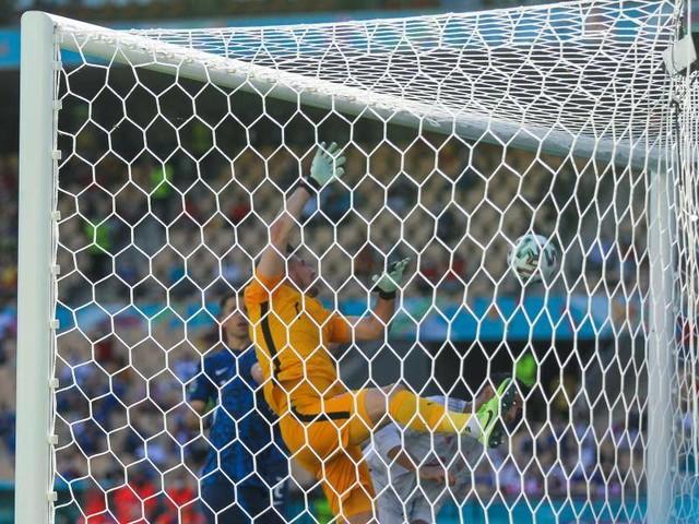 Rekordwert: Siebtes EM-Eigentor: Torwart schmettert ins eigene Netz
