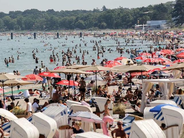 Hitze in Deutschland: Volle Strände und verstopfte Zufahrten – Badeorte raten von Anreise ab