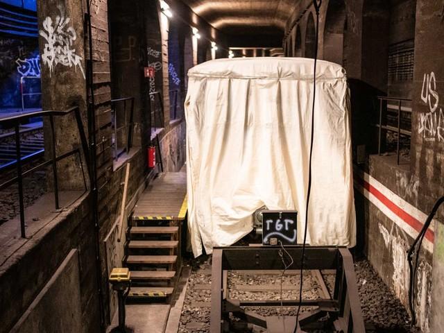 Rocco und seine Brüder verhüllen U-Bahn zu Ehren des Künstlers Christo