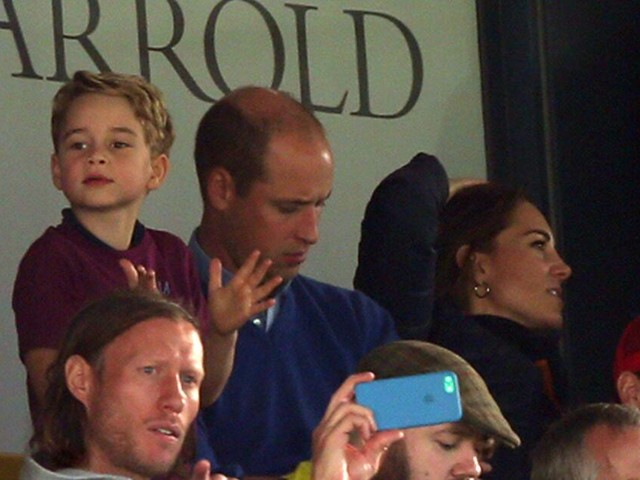 Sein erstes Fußballspiel: Prinz George feiert mit der Familie im Stadion