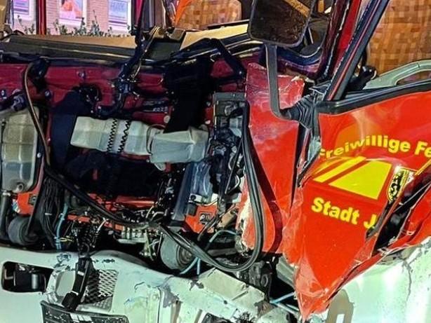 Schwerer Unfall: Feuerwehr prallt in Jülich gegen Lkw - Neun Verletzte