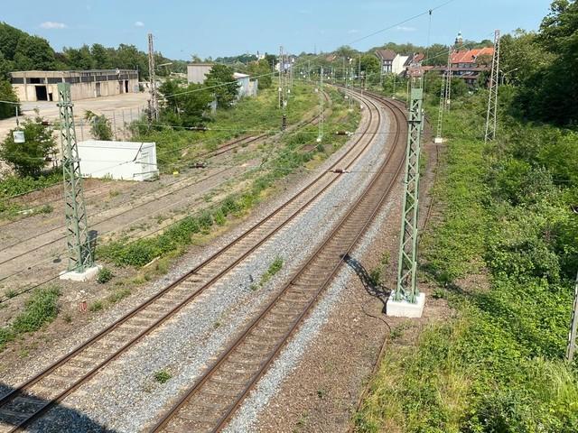 Deutsche Bahn baut 83 Oberleitungsmasten auf geplante Radschnellweg-Trasse