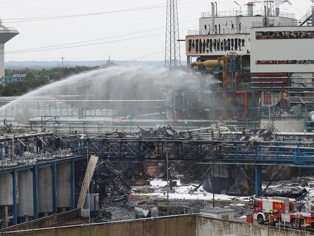 Nach schwerer Explosion in Chempark Leverkusen mit mindestens fünf Toten: Suche nach Vermissten geht weiter