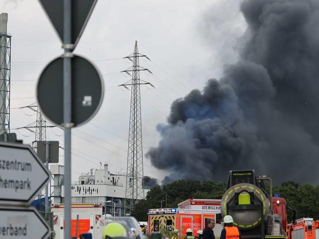 Zwei Tote bei Brand im Chempark: Retter suchen weiter nach Vermissten nach Explosion in Leverkusen