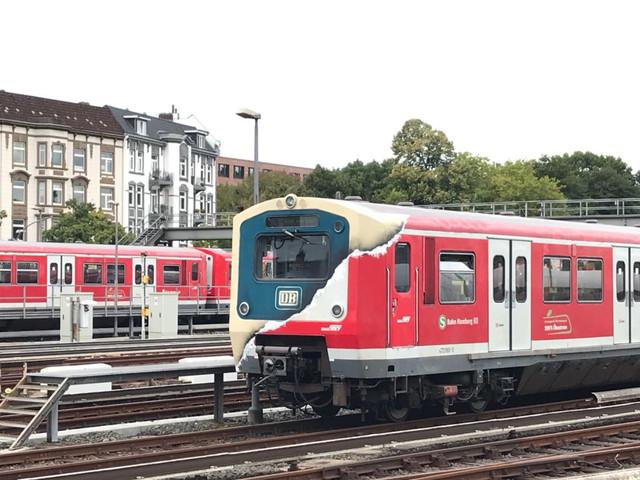 Eine umlackierte S-Bahn Lock rollt durch Hamburg
