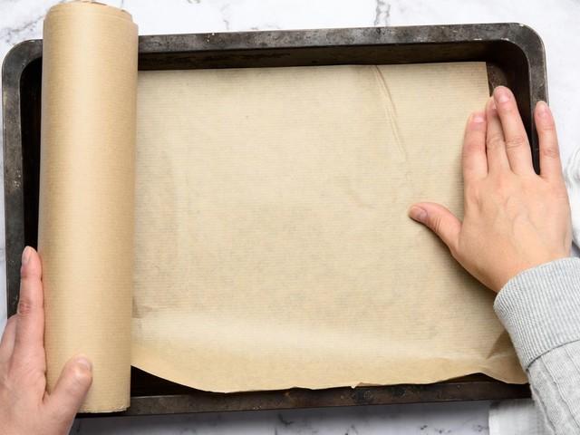 Küchen-Lifehack: Backpapier mit dem Wasser-Trick perfekt in jede Form bringen