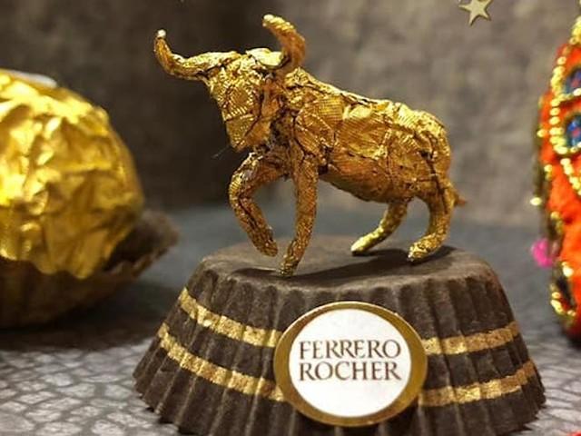 Künstler Ciro Wai fertigt goldene Mini-Skulpturen aus Ferrero Rocher-Verpackungen