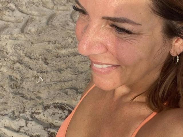 Daniela Büchner zeigt sich im Baywatch-Badeanzug und trotzt ihren Kritikern