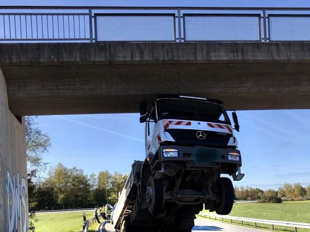 80-Jähriger bleibt mit Lastwagen hochkant an Brücke hängen