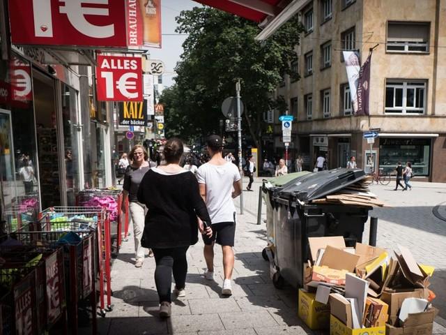 Marienstraße in Stuttgart: Frau bespuckt Polizisten und will beißen