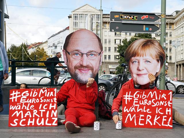 """""""Gib Mir 1 Euro, sonst wähle ich Merkel"""" Wahl-Performance von Daniel Chluba und Lukas Julius Keijser"""