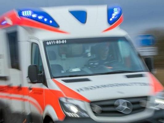 Während eines Einsatzes: Unbekannte lösen Radmuttern von Rettungswagen