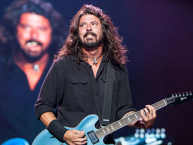 "Foo Fighters spielen ""Under Pressure"" mit Studenten am Schlagzeug"