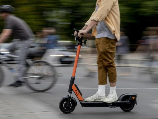 """Würde vieles zunichtemachen"": E-Scooter künftig auf der Busspur erlaubt? Viel Kritik an Scheuer-Plänen"