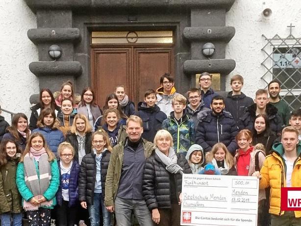 Familien: Mendener Realschüler spenden 500 Euro für Chamäleon-Gruppe