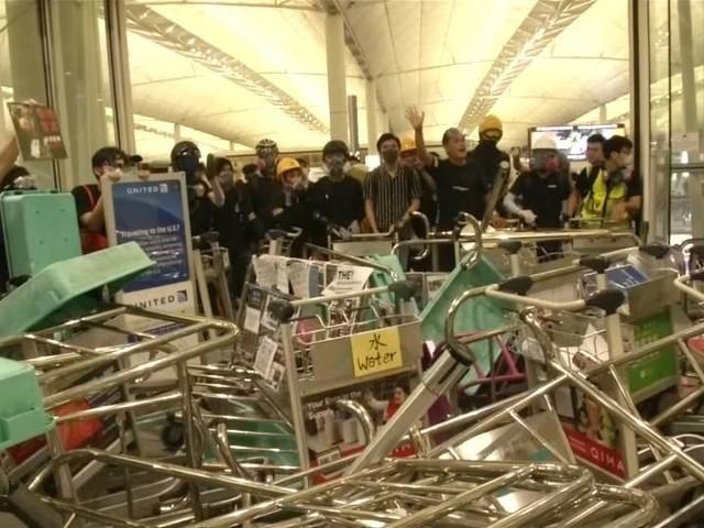 Video: Zusammenstöße zwischen Polizei und Demonstranten an Hongkonger Flughafen