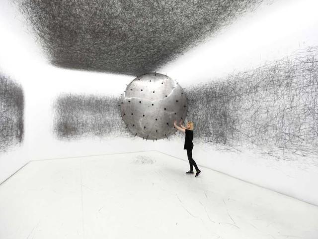 Gigantischer Heliumballon kritzelt Museumswände voll