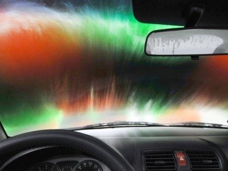 Gebläsebalken beschädigt Autoscheibe: Waschanlagen-Betreiber muss nicht haften