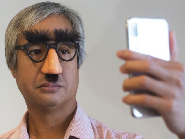 Handys knacken mit Sekundenkleber und Kontaktlinsen