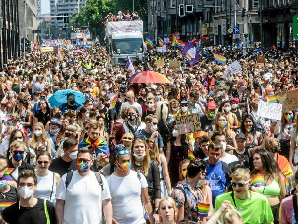Christopher Street Day: Mehr Party als Demo: CSD zieht Zehntausende Menschen an