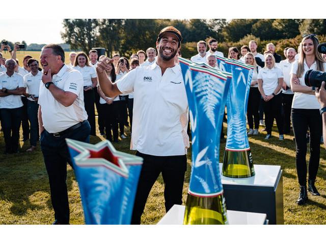 McLaren-Siegerfeier in Woking: Der Pokal kommt nach Hause