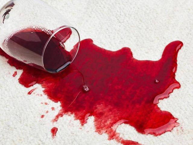 Rotweinflecken mit Hausmitteln entfernen