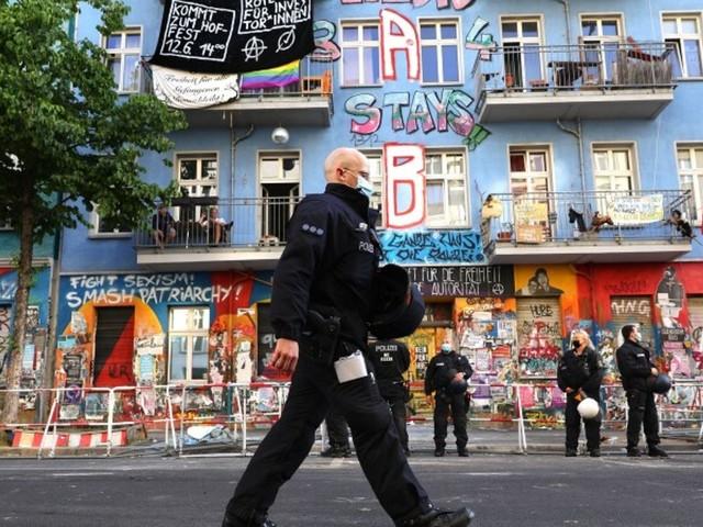 """Brandschutzprüfung: Am Vortag brannten Barrikaden – Berliner Polizei hofft auf ruhigen Einsatz am """"Rigaer 94"""""""