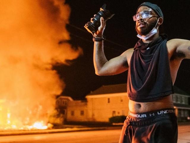 Ausschreitungen und Brennende Autos nach Schüssen auf Schwarzen