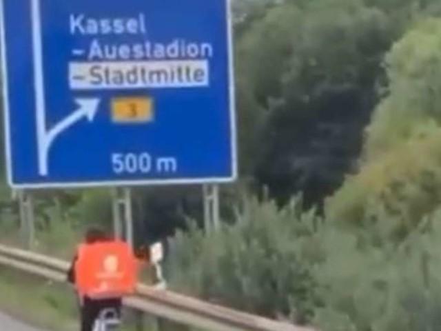 """""""Brandgefährlich"""": Lieferando-Fahrer radelt auf der Autobahn - Video aufgetaucht"""