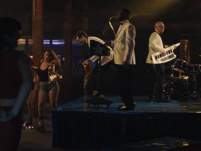 """Tuxedo und Zapp kommen mit Rollerskatin' Video zu """"Shy"""""""