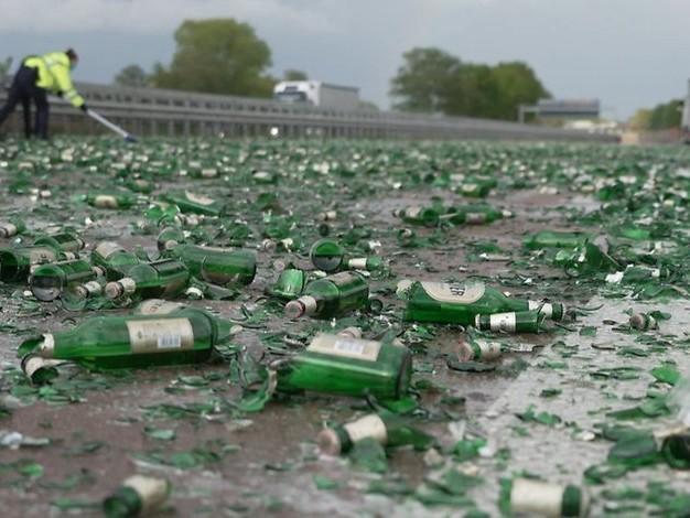 Scherbenmeer aus Jever-Flaschen: Lastwagen verliert Bierkisten auf A1