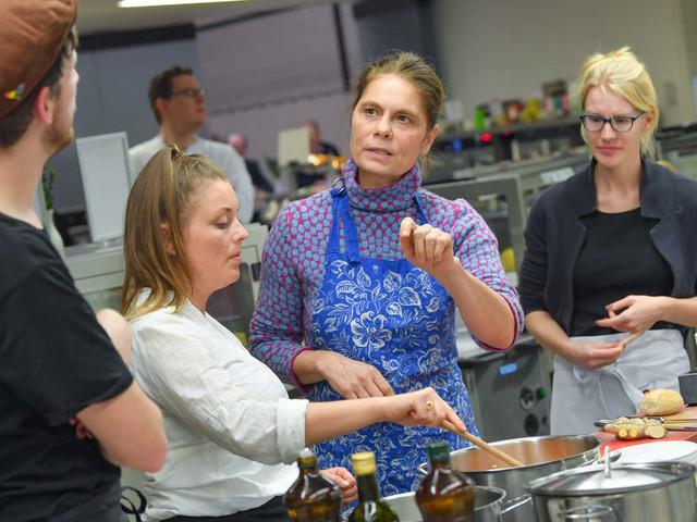 """""""Wollen Sie es einfach nicht verstehen?"""" - Veganer regen sich über Star-Köchin Sarah Wiener auf"""