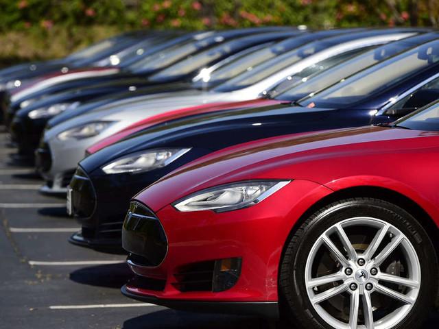 Polizei jagt Tesla über elf Kilometer -als Beamten ihn stoppen, sind sie geschockt