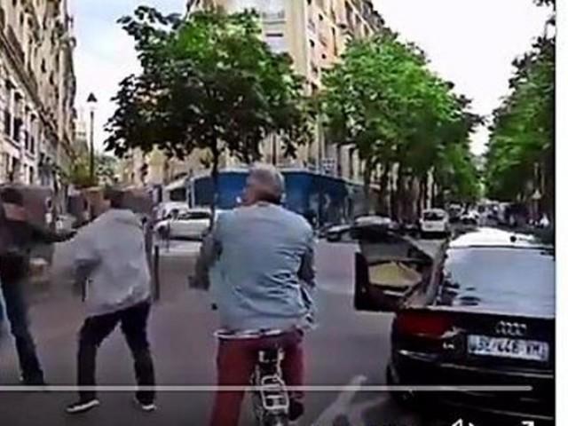 Autofahrer geht auf Blinden los – weil sein Blindenstock den Wagen touchierte