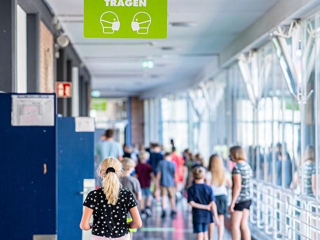 Bis zu den Herbstferien - Einzelne Schulen in NRW behalten Maskenpflicht im Unterricht bei
