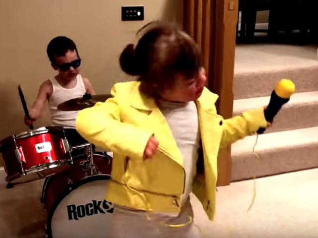 """50 Menschen mit Down-Syndrom feiern ihr Leben mit """"Don't Stop Me Now"""" von Queen"""
