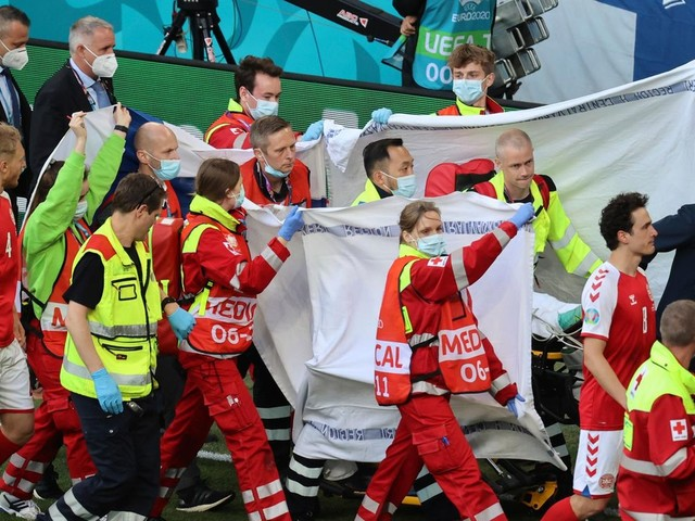 EM 2021: Schock bei EM-Spiel: Dänischer Spieler nach Kollaps wieder bei Bewusstsein – Partie wird fortgesetzt